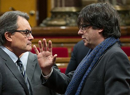 Artur-Carles-Puigdemont-conversan-Parlament_ECDIMA20160109_0002_3 (1).jpg